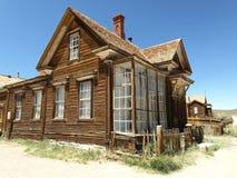 Casa abandonada em Bodie, cidade fantasma fotografia de stock royalty free