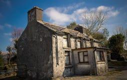 Casa abandonada em montanhas irlandesas fotografia de stock