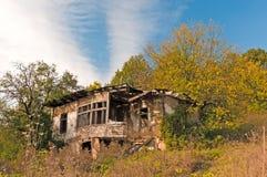 Casa abandonada en campo Imágenes de archivo libres de regalías