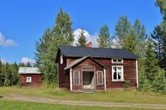 Casa abandonada en el camino de la grava Foto de archivo libre de regalías