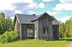 Casa abandonada en el camino de la grava Fotografía de archivo