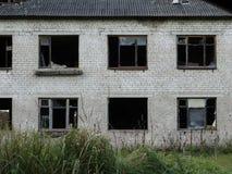 Casa abandonada en el pueblo Imagenes de archivo