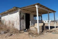 Casa abandonada en el pueblo fantasma de la playa California de Bombay Fotos de archivo