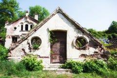 Casa abandonada en herboso Fotos de archivo libres de regalías