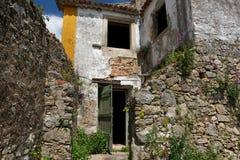 Casa abandonada en la ciudad vieja de Obidos Imagen de archivo libre de regalías