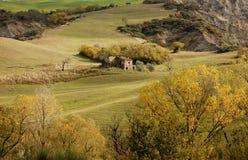 Casa abandonada en las colinas de Toscana Foto de archivo