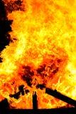Casa abandonada en llama imágenes de archivo libres de regalías
