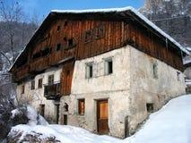Casa abandonada en nieve. Foto de archivo libre de regalías