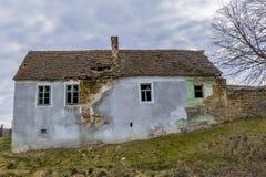 Casa abandonada en pueblos sajones de Transilvania Imagen de archivo