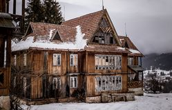 Casa abandonada en una colina El edificio destruido viejo en las montañas Imagen de archivo
