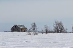 Casa abandonada en una pradera del invierno Fotografía de archivo
