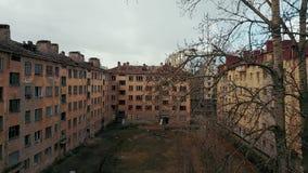 Casa abandonada en uno de los distritos de Rusia almacen de metraje de vídeo