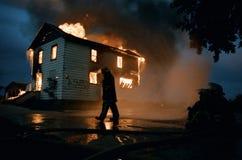 Casa abandonada engullida en llamas Imagenes de archivo