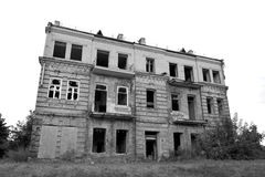 Casa abandonada isolada imagens de stock