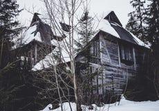 Casa abandonada misteriosa asustadiza en el bosque Foto de archivo libre de regalías