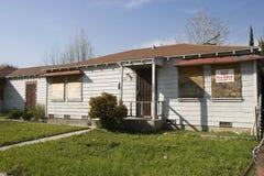 Casa abandonada não para a venda imagens de stock