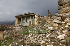 Casa abandonada na cidade antiga Tsmiti em Alania, Rússia Imagens de Stock