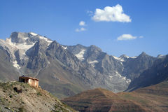 Casa abandonada na montanha Imagens de Stock Royalty Free