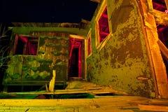 Casa abandonada na noite imagem de stock