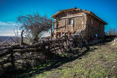 Casa abandonada nas ruínas em uma montanha fotos de stock