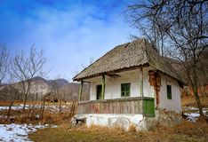 Casa abandonada no campo imagens de stock royalty free
