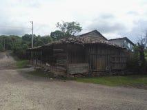 Casa abandonada no campo imagem de stock