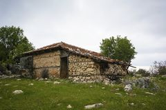 A casa abandonada no campo fotos de stock