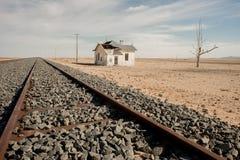 Casa abandonada pela trilha de estrada de ferro Foto de Stock