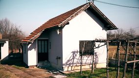 Casa abandonada pequena no centro da vila filme
