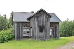 Casa abandonada por el camino de la grava Fotografía de archivo
