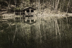 Casa abandonada por el lago Foto de archivo libre de regalías