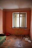 Casa abandonada que consigue lista para la demolición Imagenes de archivo