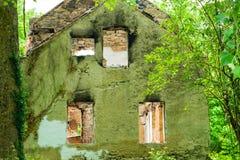 Casa abandonada quemada en Clay Creek blanco Fotos de archivo