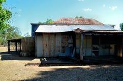 Casa abandonada telecontrol del hierro imagenes de archivo