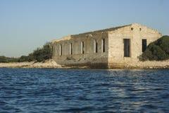 Casa abandonada velha antiga na ilha de deserto Foto de Stock