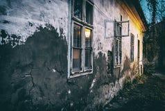 Casa abandonada velha em nivelar a luz, filtro análogo imagens de stock