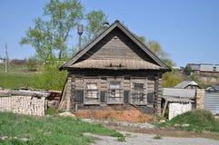 Casa abandonada velha em uma vila Imagem de Stock
