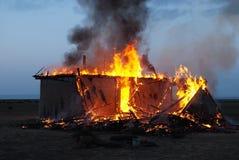 Casa abandonada vieja ardiente imágenes de archivo libres de regalías