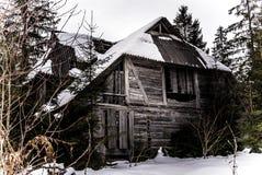 Casa abandonada vieja asustadiza en el bosque Fotografía de archivo libre de regalías