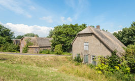 Casa abandonada vieja de la granja con el tejado cubierto con paja Imagen de archivo