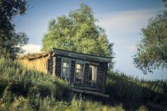 Casa abandonada vieja en la aldea Imagen de archivo libre de regalías