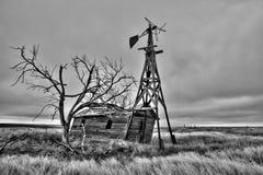 Casa abandonada vieja en un campo vacío Foto de archivo libre de regalías