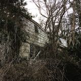 Casa abbandonata che sprofonda dentro su se stesso Immagini Stock Libere da Diritti