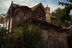 Casa abbandonata con le finestre rotte Fotografia Stock