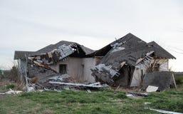 Casa abbandonata crollata dopo essere stato colpito dalla tempesta fotografia stock