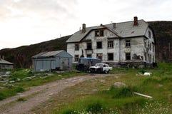 Casa abbandonata del villaggio Lodeynoe e della regione di Teriberka Murmansk Immagini Stock