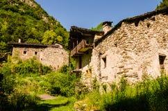 Casa abbandonata dell'azienda agricola sulle alpi italiane Fotografia Stock Libera da Diritti