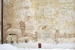 Casa abbandonata di lerciume, parete incrinata dello stucco del mattone Fotografia Stock Libera da Diritti