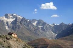 Casa abbandonata nella montagna Immagini Stock Libere da Diritti