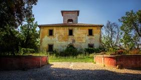 Casa abbandonata sull'orlo della foresta immagini stock